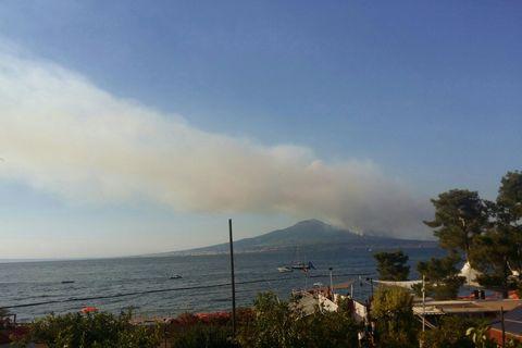 Vesuvio, fumo e fiamme nel Parco: incendio doloso domato
