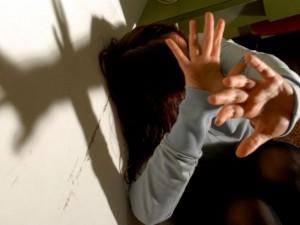 Guarda la versione ingrandita di Milano, ragazzo gang latinos violenta ragazza per punire il fidanzato