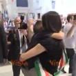 VIDEO YOUTUBE Virginia Raggi abbraccia il figlio in Comune