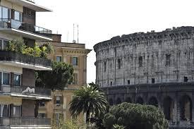 Abusivi a Roma: da affitti low cost a Colosseo a feste e Porsche