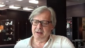 """Vittorio Sgarbi: """"Uomini col marsupio un oltraggio al decoro"""""""