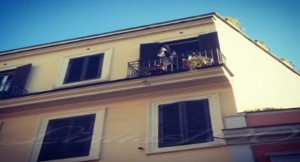 VIDEO YOUTUBE Renato Zero canta da balcone a Roma