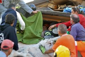 Guarda la versione ingrandita di Terremoto Centro Italia, nonna salva i due nipoti sotto le macerie