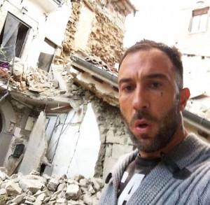 Terremoto, i guardoni del selfie fra le macerie. Mario Ajello inorridisce