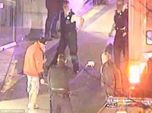 Accoltella passante: colpito col taser dalla polizia5