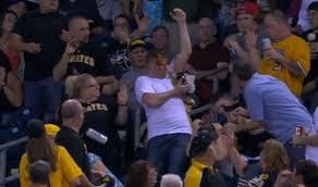 Guarda la versione ingrandita di YOUTUBE Afferra palla baseball, si rovescia nachos in faccia