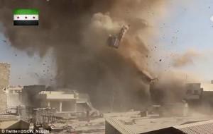 Aleppo, palazzo bombardato: detriti in aria, ribelli scappano nei tunnel112