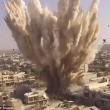 Aleppo, palazzo bombardato: detriti in aria, ribelli scappano nei tunnel