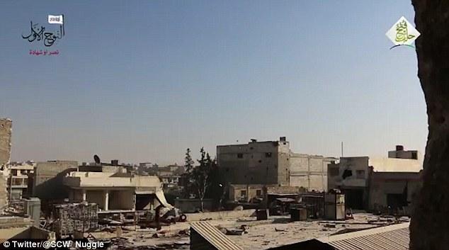 Aleppo, palazzo bombardato: detriti in aria, ribelli scappano nei tunnel5