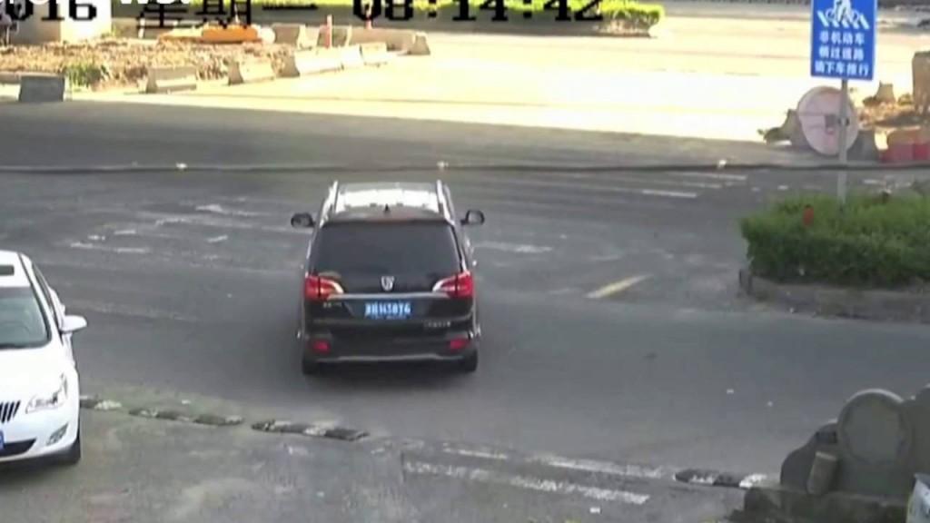 Autocisterna schiaccia auto al semaforo