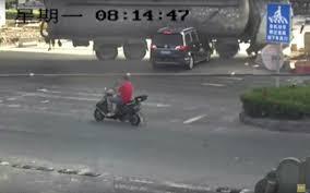 Guarda la versione ingrandita di YOUTUBE Autocisterna schiaccia auto al semaforo
