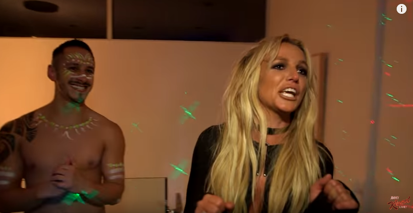 Britney Spears entra in camera di Jimmy Kimmel