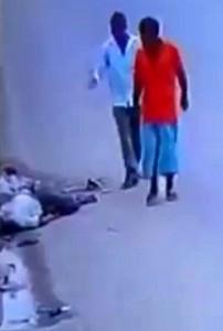 Guarda la versione ingrandita di YOUTUBE Cadavere in strada: così reagiscono passanti. Uno lo deruba