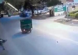 Cadavere in strada: così reagiscono passanti. Uno lo deruba11