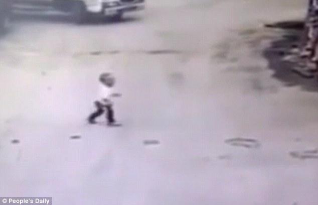 Camion passa su bambino e...il piccolo si salva2