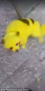 Cane dipinto di giallo come un Pokemon