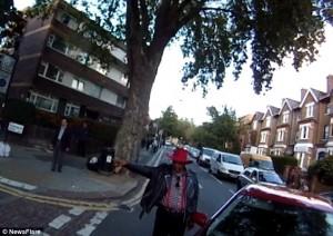 Guarda la versione ingrandita di YOUTUBE Ciclista sbatte su taxi che non ha messo la freccia
