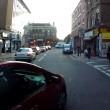 Ciclista sbatte su taxi che non ha messo la freccia