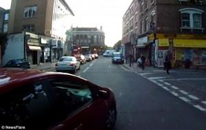 Ciclista sbatte su taxi che non ha messo la freccia7