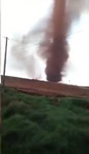 Guarda la versione ingrandita di YOUTUBE Cina, tornado provoca 7 feriti: il vortice è di color rosso