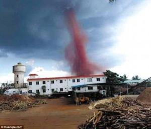 Cina, tornado provoca 7 feriti: il vortice è di color rosso