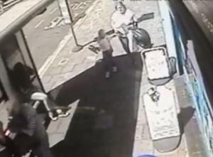 YOUTUBE Col machete entra in un McDonald's di Londra