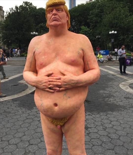 Donald Trump senza veli: statua 2