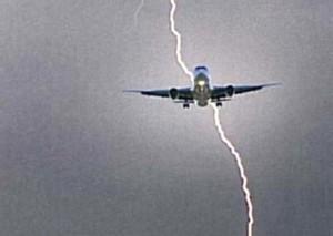 """Guarda la versione ingrandita di Fulmine colpisce aereo, passeggeri: """"Abbiamo visto il volto della Madonna"""""""