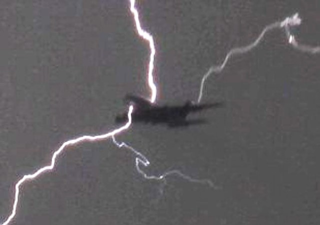 Fulmine colpisce aereo, passeggeri2
