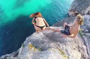 Guarda la versione ingrandita di YOUTUBE Indecisa se buttarsi da scogli: fidanzato alza gamba, lei…