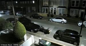 Ladro d'auto scappa dalla polizia in retromarcia55
