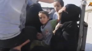 Guarda la versione ingrandita di YOUTUBE Liberata da Isis, si toglie niqab: figlio prova a fermarla