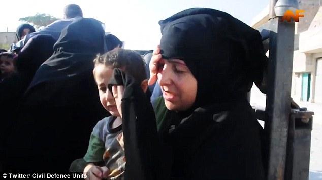 Liberata da Isis, si toglie niqab: figlio prova a fermarla2