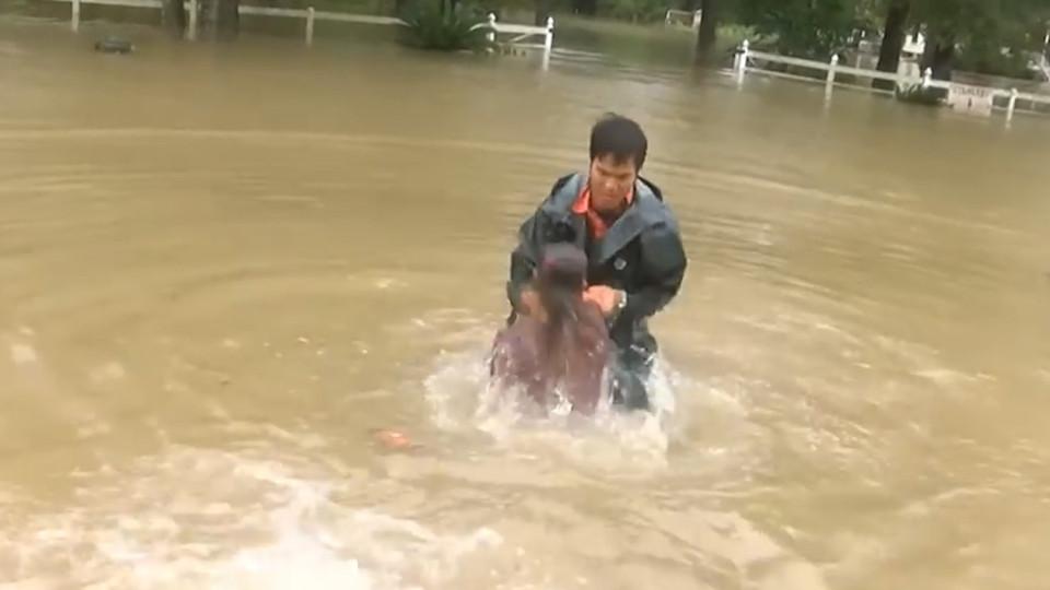 Louisiana, salva donna e cane da auto che affonda12