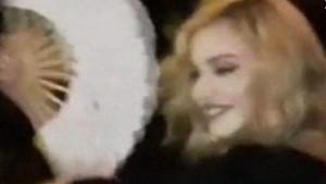 Guarda la versione ingrandita di YOUTUBE Madonna festeggia 58 anni a Cuba…ballando sui tavoli