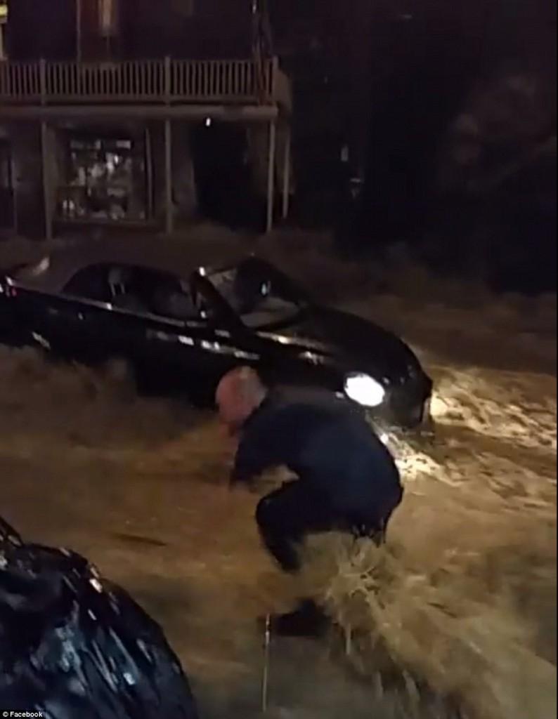 Maryland, donna salvata da catena umana durante alluvione4