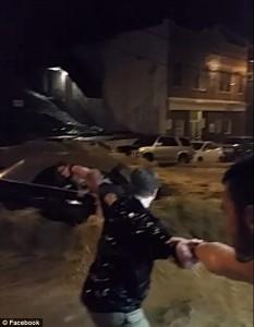 Guarda la versione ingrandita di YOUTUBE Maryland, alluvione: donna salvata da catena umana