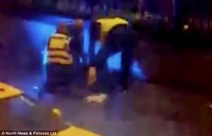 Guarda la versione ingrandita di YOUTUBE Newcastle, preso a calci in testa sviene durante arresto