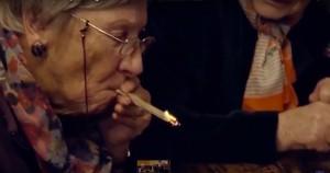 Guarda la versione ingrandita di YOUTUBE Nonne fumano marijuana per la prima volta