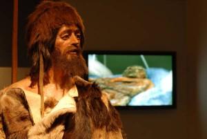 Oetzi mummia 5300 anni fa indossava cappello orso4