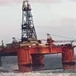 Piattaforma petrolifera sradicata dalla tempesta2