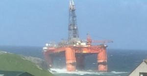 Piattaforma petrolifera sradicata dalla tempesta
