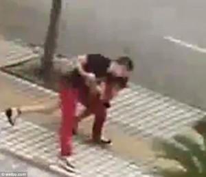 Poliziotto fuori servizio salva donna da suicidio8