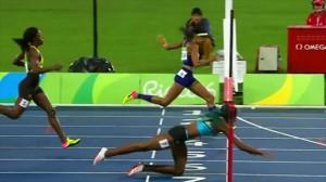 Guarda la versione ingrandita di YOUTUBE Rio 2016, Shaunae Miller vince oro 400m tuffandosi