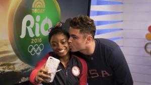 Rio 2016, Simone Biles bacia il suo idolo Zac Efron  88