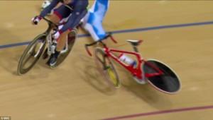 Guarda la versione ingrandita di YOUTUBE Rio 2016: Elia Viviani cade, si alza e riparte