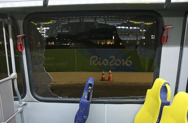 Rio 2016, pietre contro navetta giornalisti Parco Olimpico2