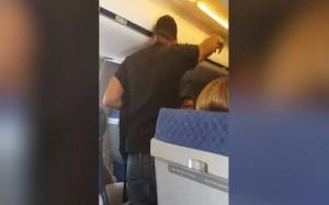 """Rissa su aereo, pilota a passeggero: """"Non toccare la mia hostess"""" 3"""