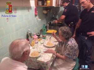 Guarda la versione ingrandita di Roma, agenti cucinano pasta al burro ai 2 anziani soli FOTO