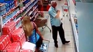 Guarda la versione ingrandita di YOUTUBE Russia, anziano filma sotto le gonne al supermercato